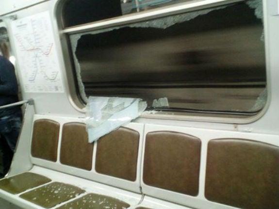 Как встоличном метро вандалы разбили окна ввагоне