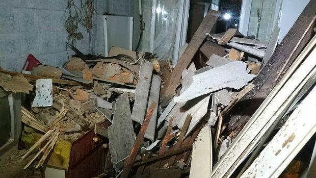 У Харкові вантажівка залетіла на дах житлового будинку - фото 8