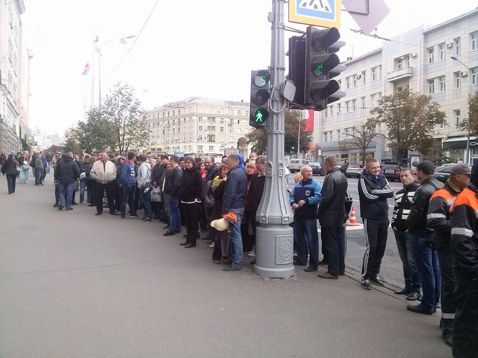 В Харькове пикетируют горсовет с требованием вернуть 850 млн