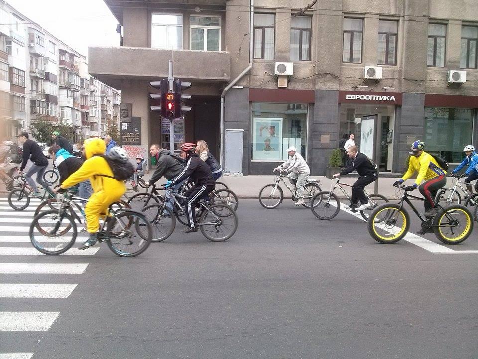 Центром Харкова пройшла багатокілометрова колона велосипедистів - фото 1