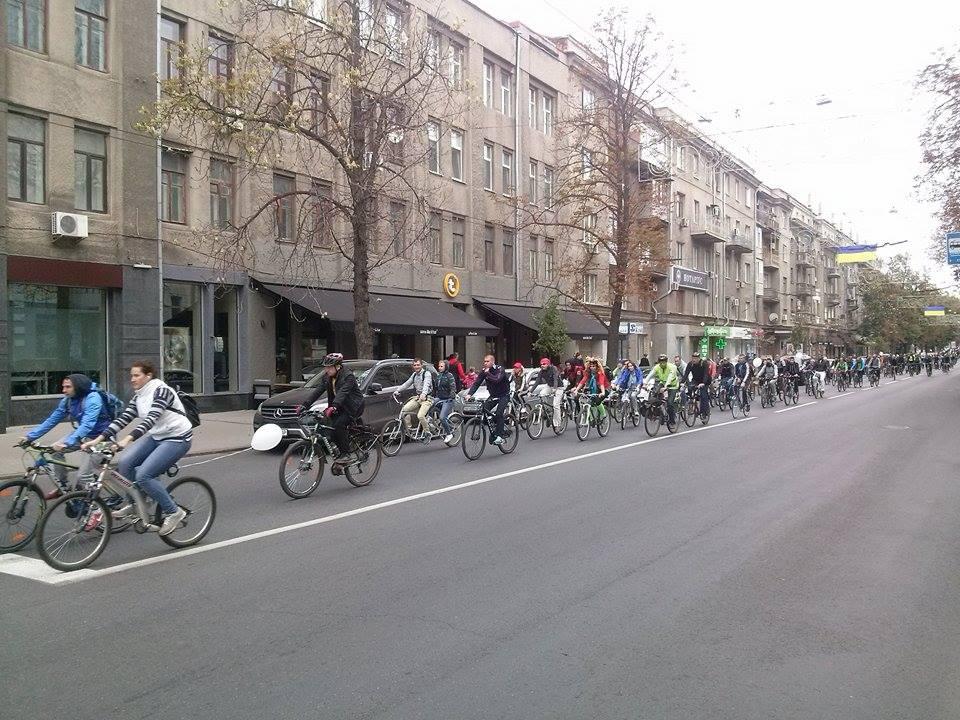 Центром Харкова пройшла багатокілометрова колона велосипедистів - фото 3