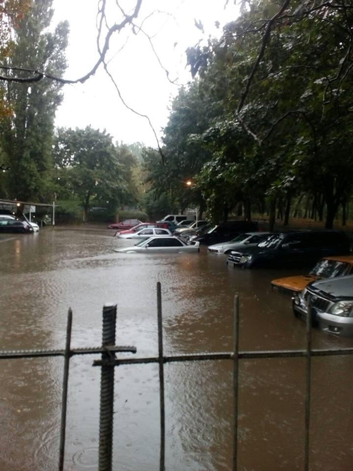 Одесити безуспішно намагаються врятувати автівки від потопу - фото 1