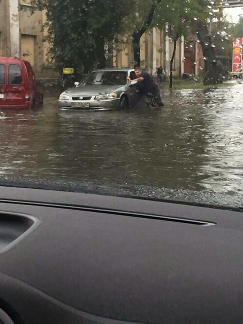 Одесити безуспішно намагаються врятувати автівки від потопу - фото 2