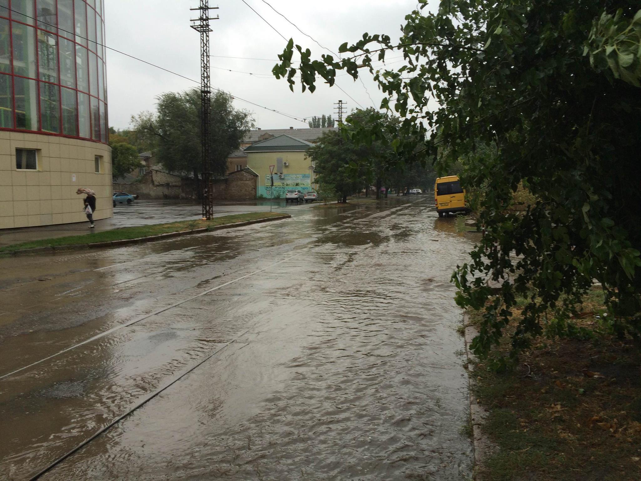 Миколаїв поплив: осінній дощ змусив городян вдягти гумові чоботи - фото 1