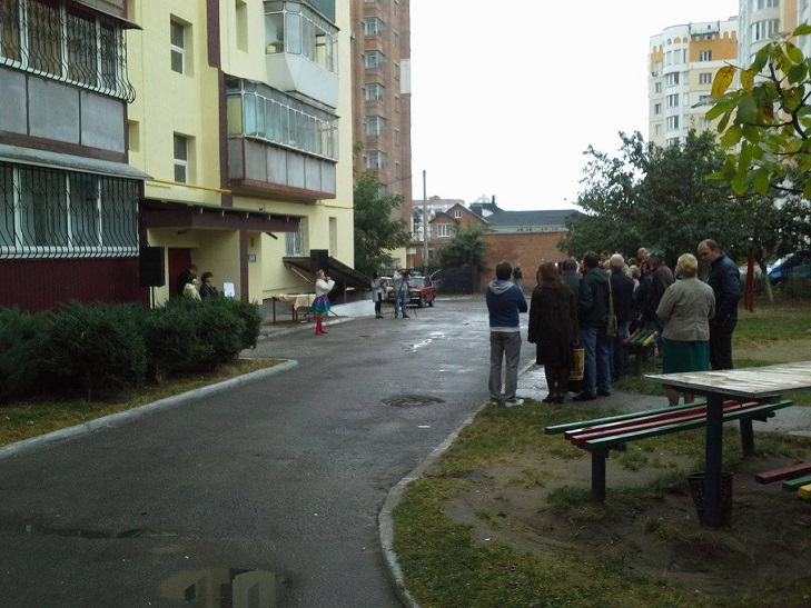 Жителі будинку по вулиці Бандери і не здогадувались, що в них сьогодні свято - фото 1