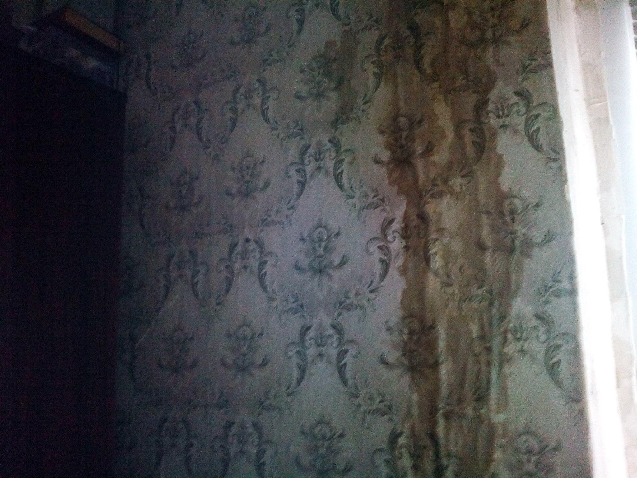 У миколаївців затопило квартиру: комунальник півтора роки не залатають дірку в стіні