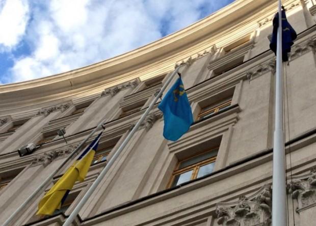 Біля будівлі МЗС України підняли кримськотатарський прапор - фото 1