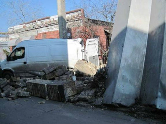 Чоловік загинув внаслідок падіння стіни наскладі вКиєві