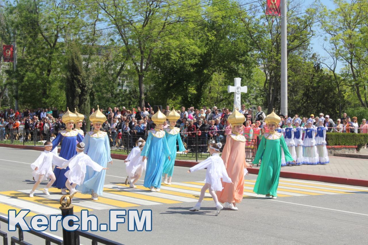 Побєдобєсіє в зеніті: В окупованому Криму дітей на 9 травня нарядили церквами - фото 5