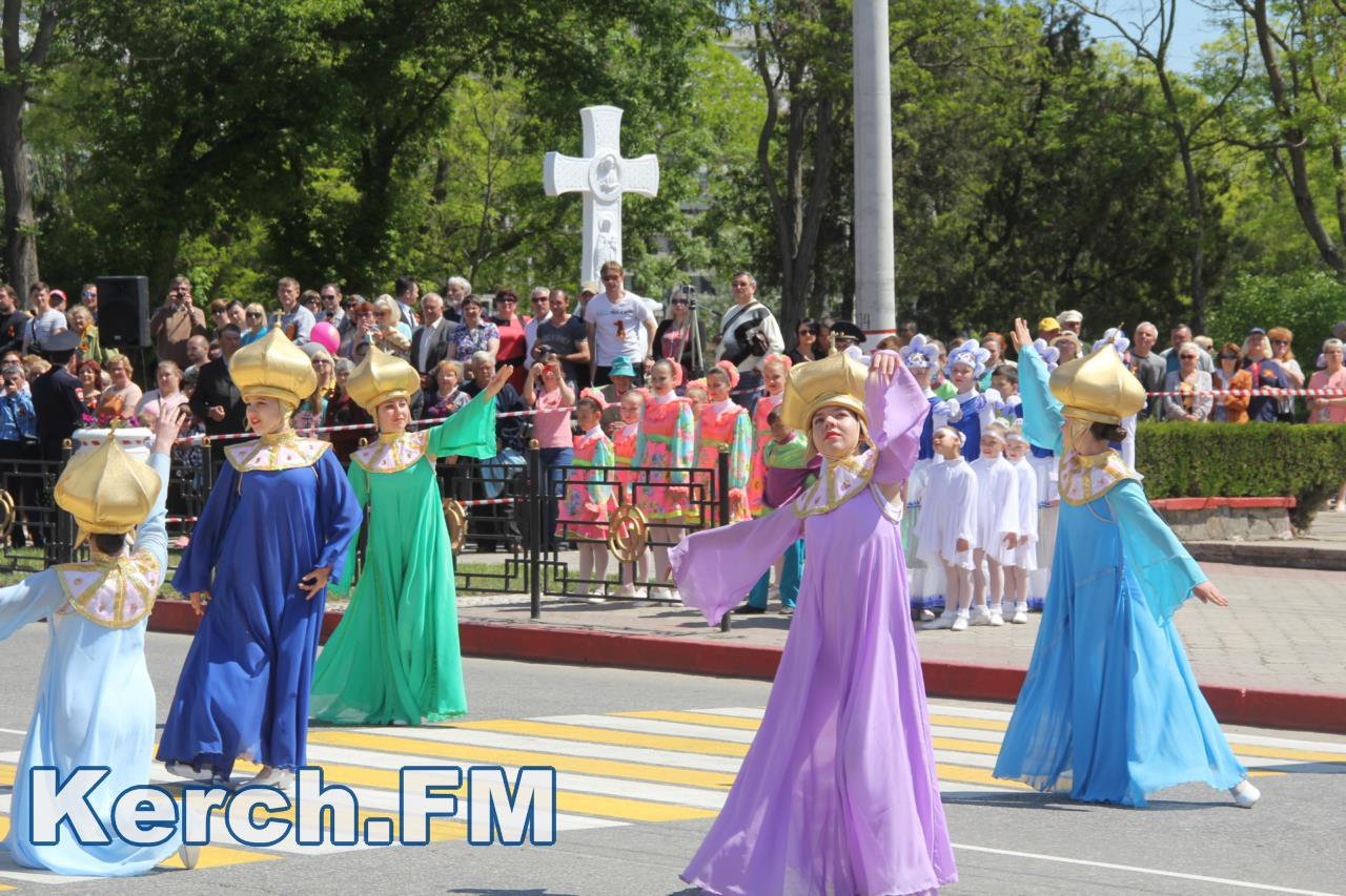 Побєдобєсіє в зеніті: В окупованому Криму дітей на 9 травня нарядили церквами - фото 8