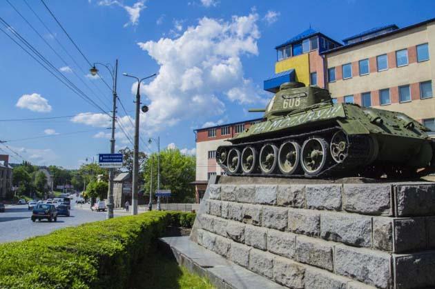 """Як у Чернівцях відправили танк """"на Москву"""" - фото 1"""