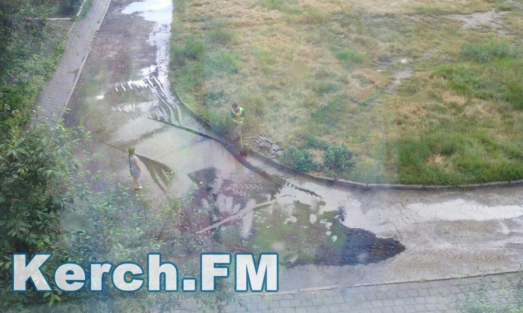 Як в окупованому Криму укладають асфальт під час зливи - фото 1