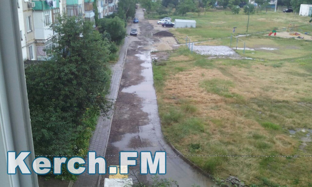 Як в окупованому Криму укладають асфальт під час зливи - фото 2