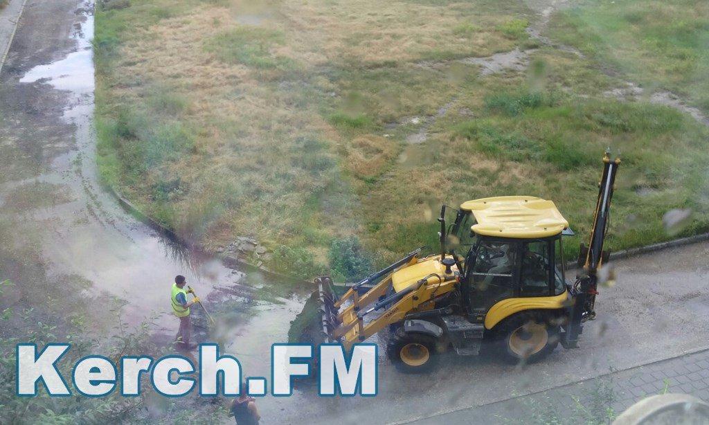 Як в окупованому Криму укладають асфальт під час зливи - фото 3