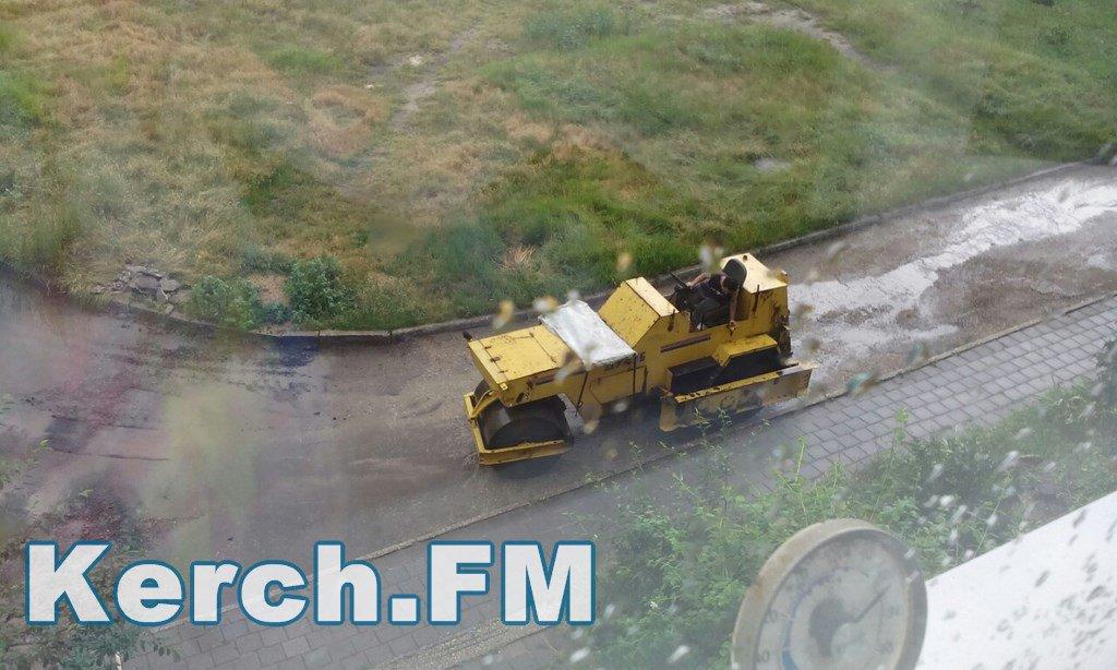 Як в окупованому Криму укладають асфальт під час зливи - фото 4