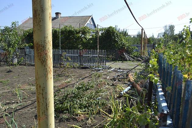 На Запоріжжі бронемашина Нацгвардії протаранила житловий будинок - фото 1