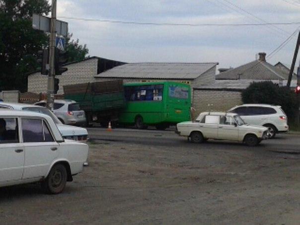 У Харкові вантажівка без гальм влетіла у автобус  - фото 1