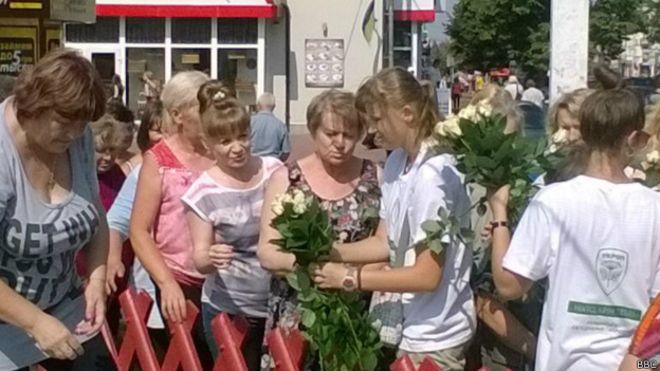 """У Чернігові у """"день тиші""""  люди Корбана вишикували жінок в кілометрові черги за трояндами - фото 1"""