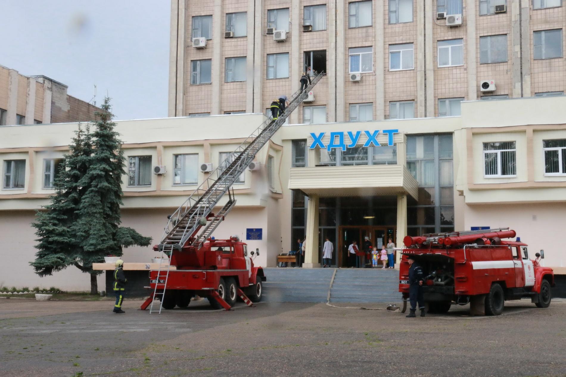 З харківського вишу евакуювали три сотні людей  - фото 6