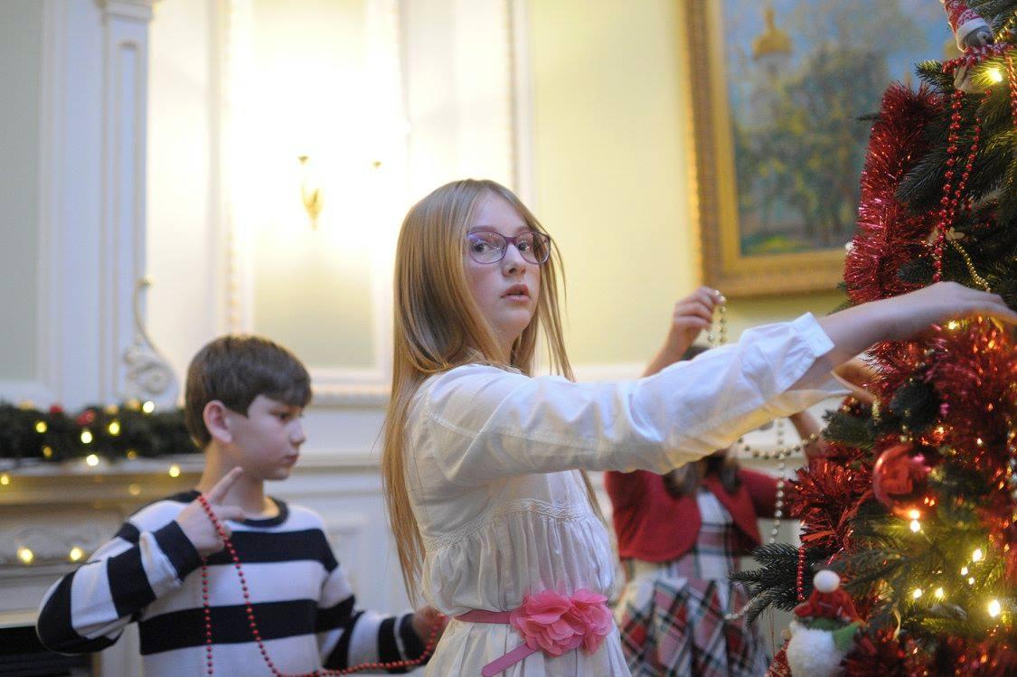 Як українські міністри з дітьми прикрашали ялинку у Кабміні - фото 8