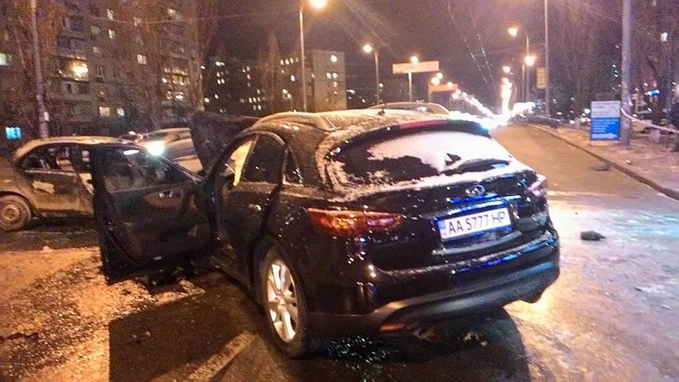 Жахлива ДТП у Києві: Одне авто згоріло, водій загинув - фото 4