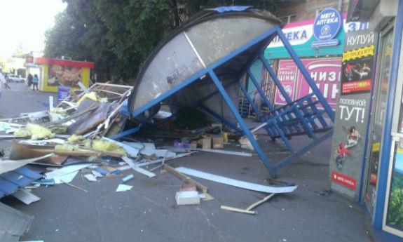У Києві на Нивках невідомі розгромили зупинку громадського транспорту (ФОТО) - фото 2