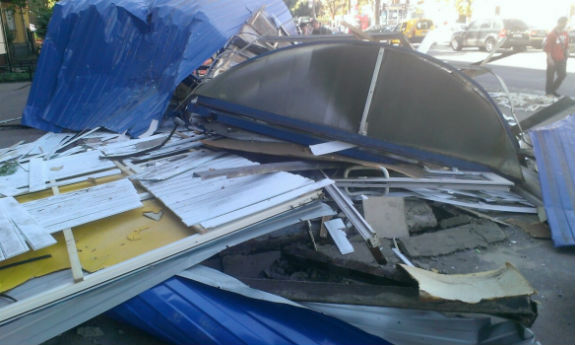 У Києві на Нивках невідомі розгромили зупинку громадського транспорту (ФОТО) - фото 3
