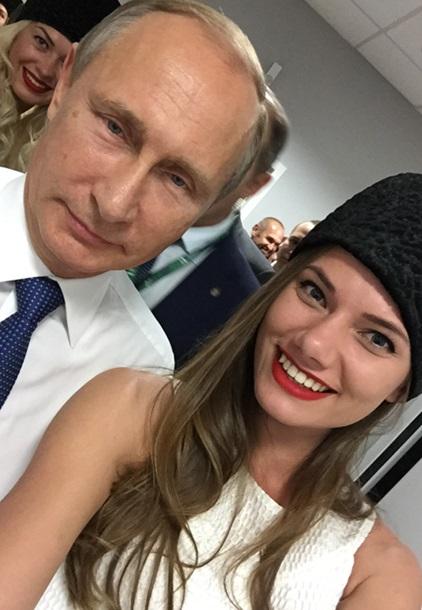 Путін зробив селфі з двома моделями - фото 2