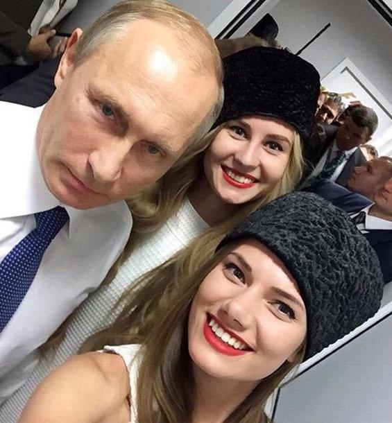 Путін зробив селфі з двома моделями - фото 1