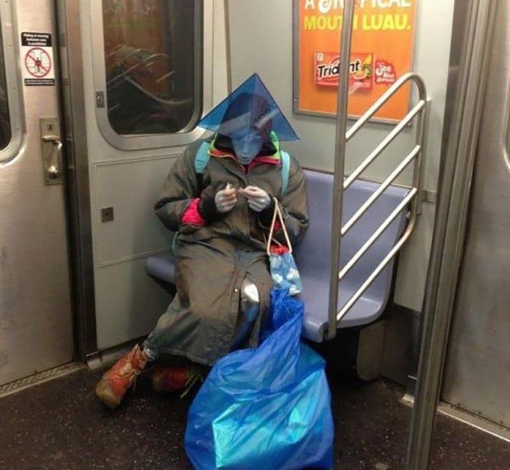 35 неймовірних диваків у метро - фото 26