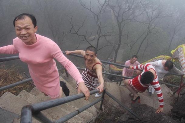 Китайські чоловіки на честь 8 березня переодяглися у жінок - фото 1