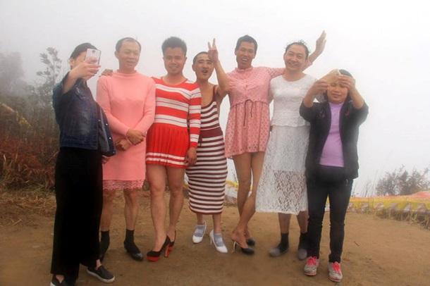 Китайські чоловіки на честь 8 березня переодяглися у жінок - фото 2