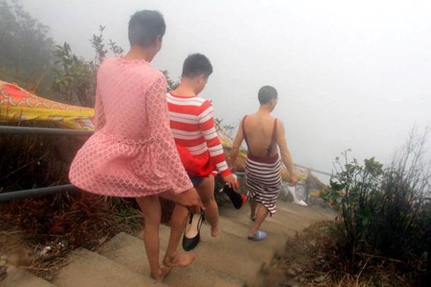 Китайські чоловіки на честь 8 березня переодяглися у жінок - фото 3