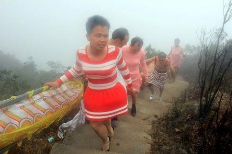 Китайські чоловіки на честь 8 березня переодяглися у жінок - фото 4