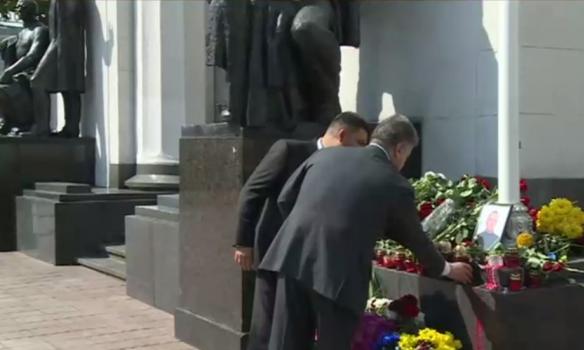 Як Порошенко і Гройсман вшановували пам'ять загиблих нацгвардійців під Радою (ФОТО, ВІДЕО) - фото 1
