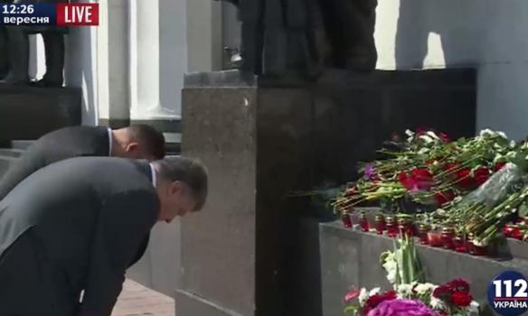 Як Порошенко і Гройсман вшановували пам'ять загиблих нацгвардійців під Радою (ФОТО, ВІДЕО) - фото 2