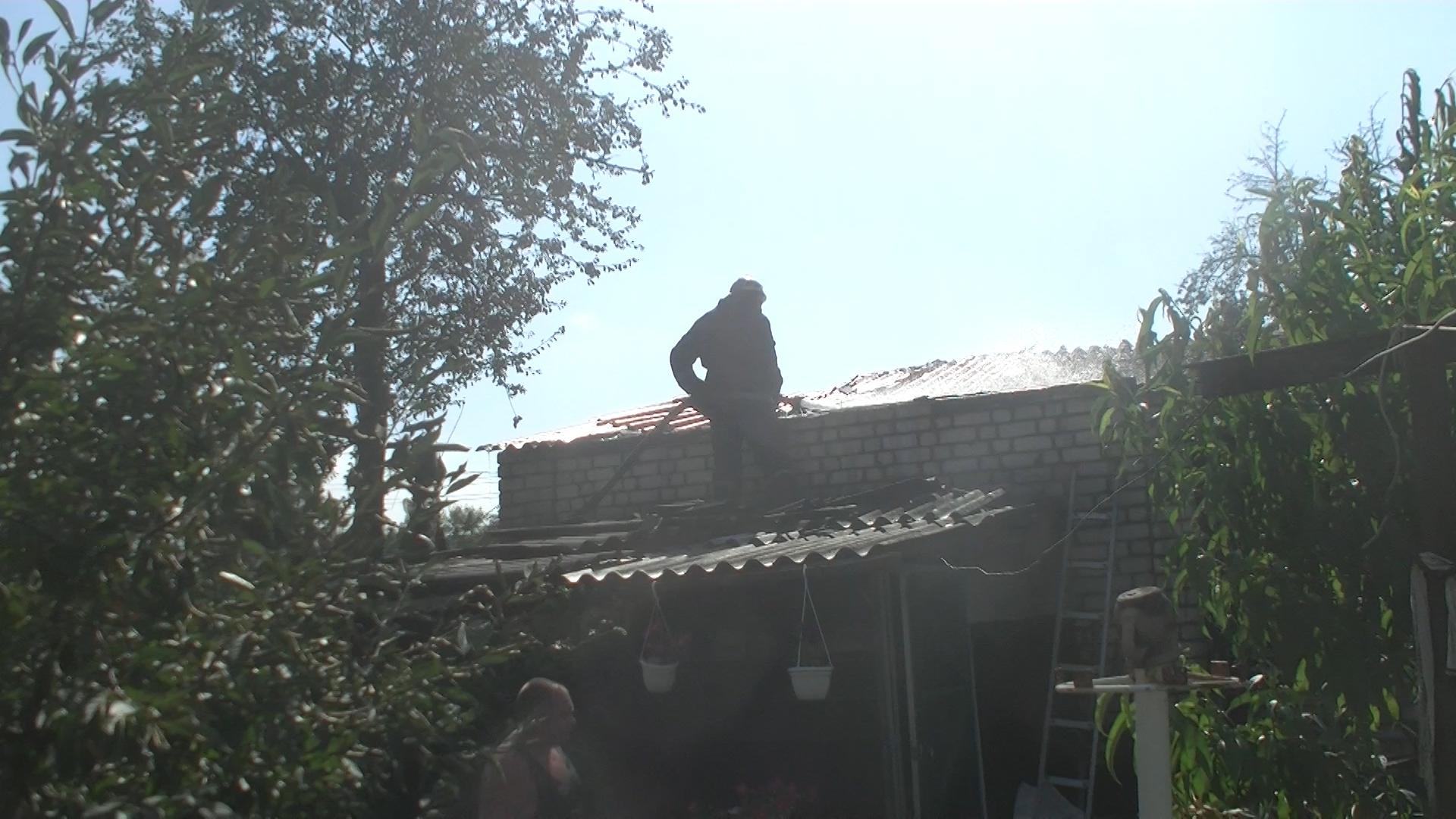 У Харкові палав приватний будинок: постраждала жінка - фото 1