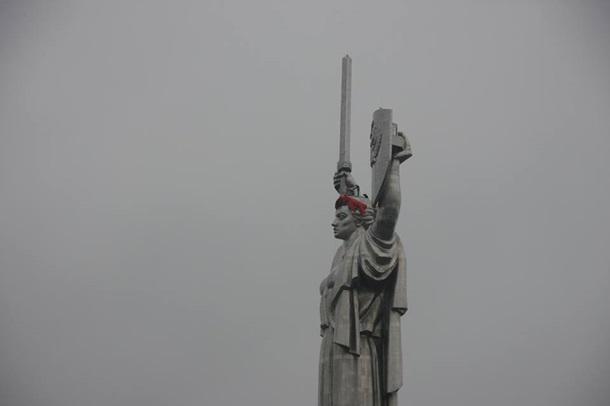 Батьківщину-Мати у Києві знову прикрасили вінком - фото 3