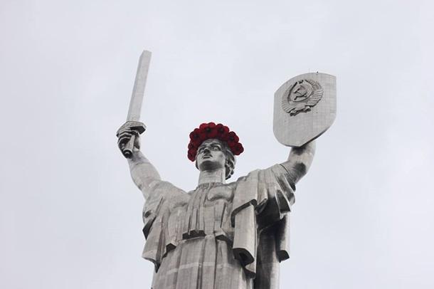 Батьківщину-Мати у Києві знову прикрасили вінком - фото 2