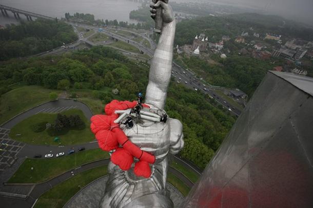 Батьківщину-Мати у Києві знову прикрасили вінком - фото 1