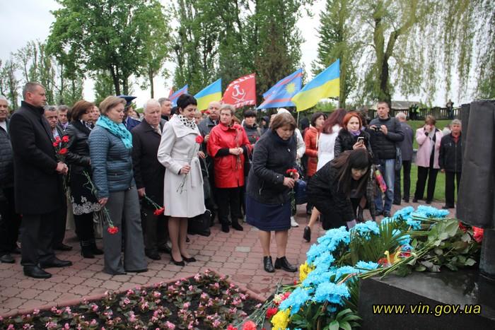 Вінничани вшанували чорнобільців ходою та покладанням квітів - фото 3
