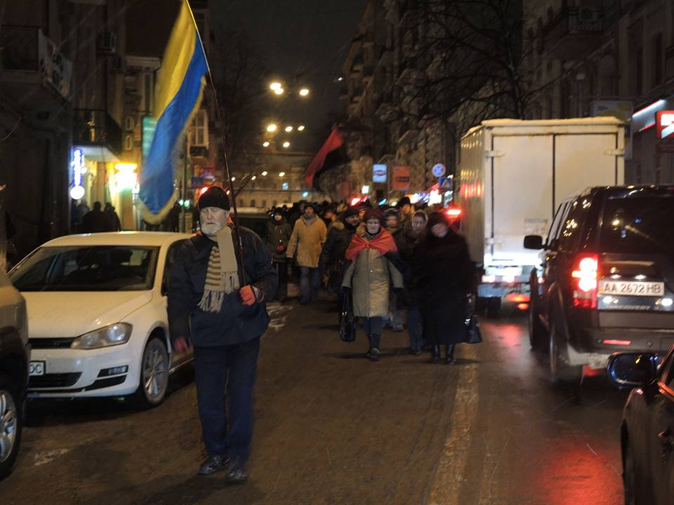 Активісти символічно запалили у Києві шини на Грушевського - фото 1