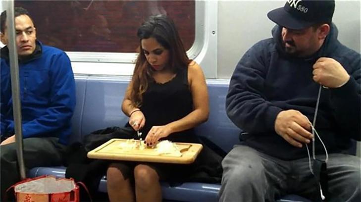 35 неймовірних диваків у метро - фото 7