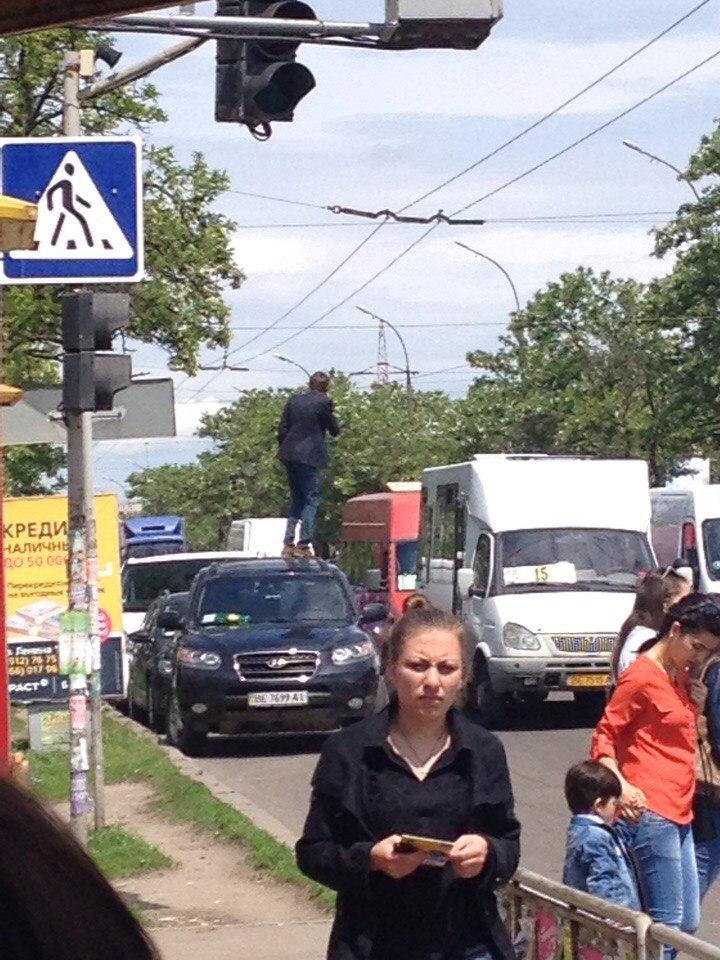 У Миколаєві чоловік виліз на автівку посеред дороги, щоб зателефонувати - фото 2