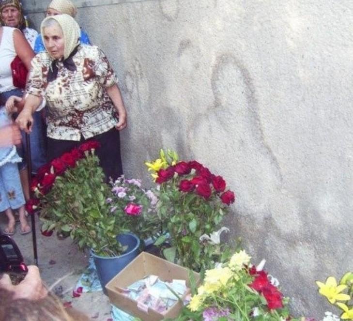 В Чернівецькій області селяни сприйняли плями від сечі за лик Богородиці - фото 1