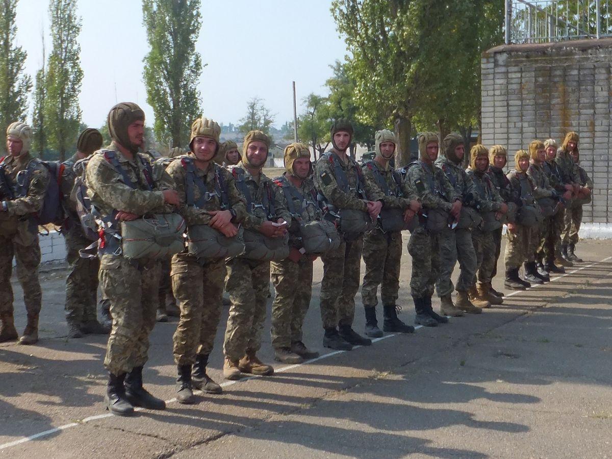 На Миколаївщині сотні десантників-резервістів стрибнули з парашутом - фото 3