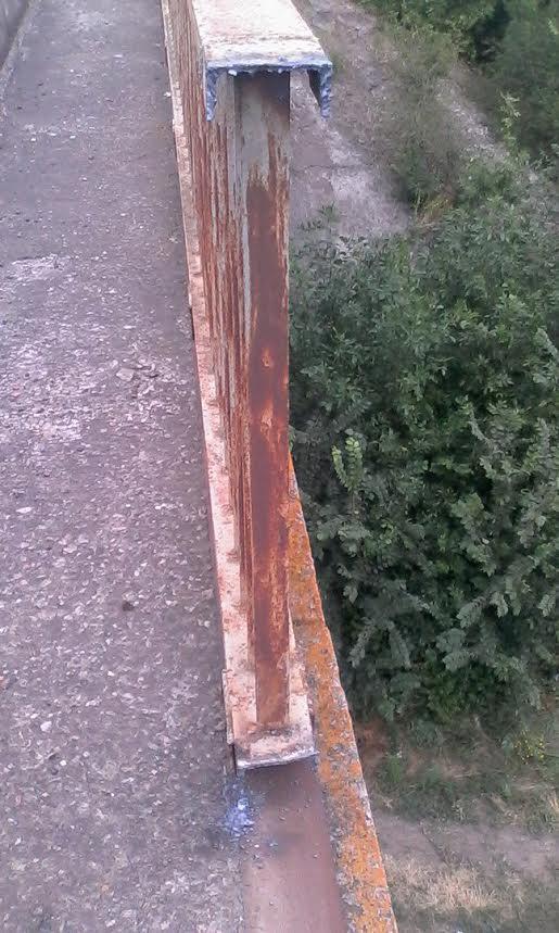 На Миколаївщини вандали викрали огородження на шляхопроводі через залізницю