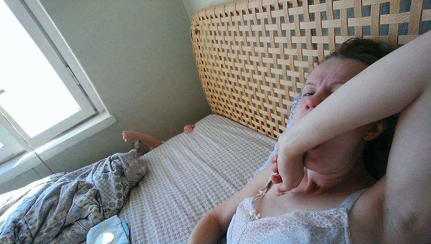Росіянка з селфі-палкою показала, як насправді виглядає день матусі - фото 1