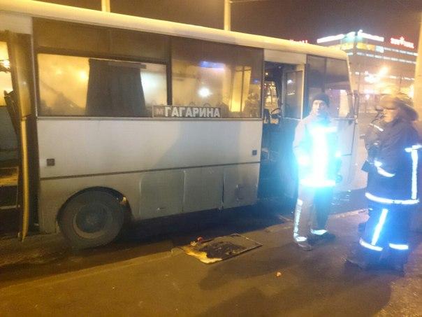 У Харкові на зупинці спалахнула маршрутка  - фото 2