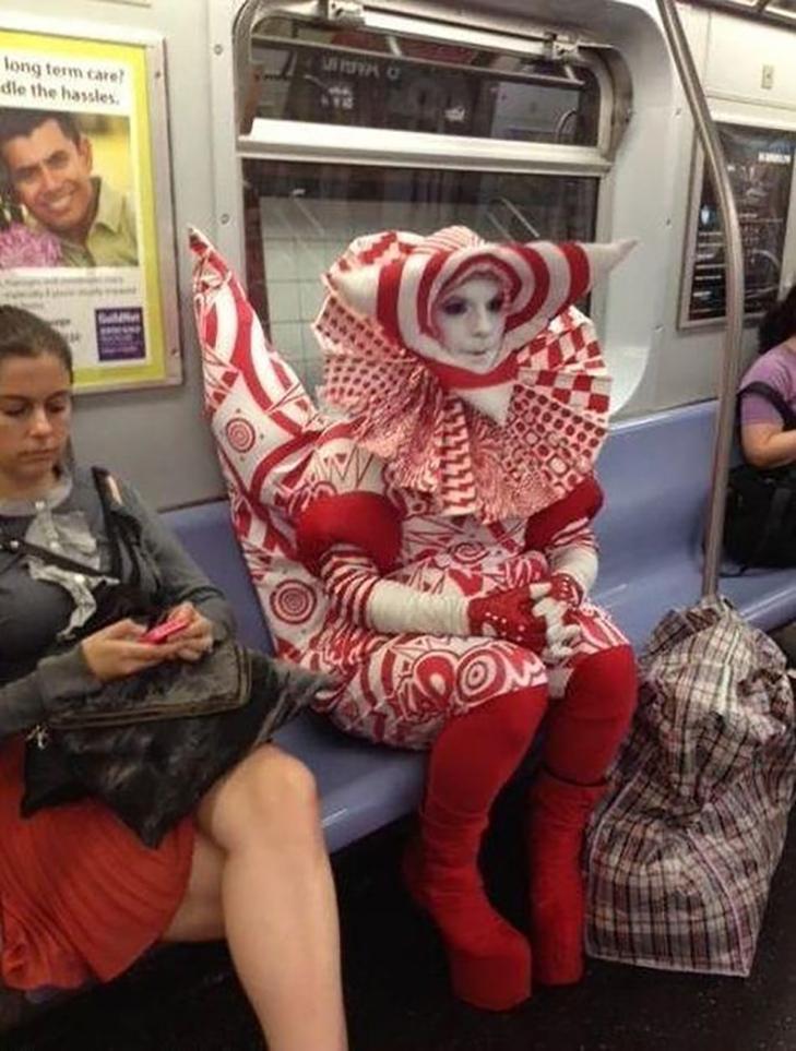 35 неймовірних диваків у метро - фото 31